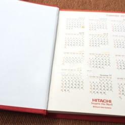 SDG-11-So-tay-quang-cao-bia-da-dan-gay-logo-HITACHI-ep-kim-bac-xuong-san-xuat-so-da-may-chi-in-logo-gia-re-lam-qua-tang-quang-cao-3 (1)