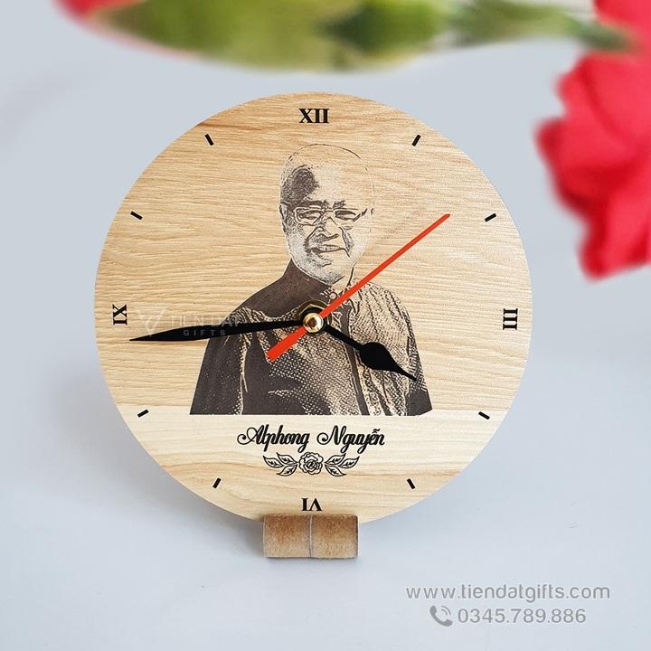 Dong-ho-go-khac-logo-hinh-anh-gia-dinh-lam-qua-tang-ky-niem-doc-dao-y-nghia-dong-ho-go-de-ban (2)
