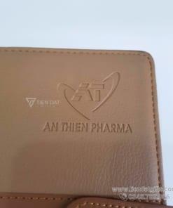 Xuong-san-xuat-so-da-bia-cong-simili-pu-so-tay-qua-tang-in-an-dap-logo-cong-ty-an-thien-pharma-lam-qua-tang-to-chuc-su-kien-doanh-nghiep-pharma (2)